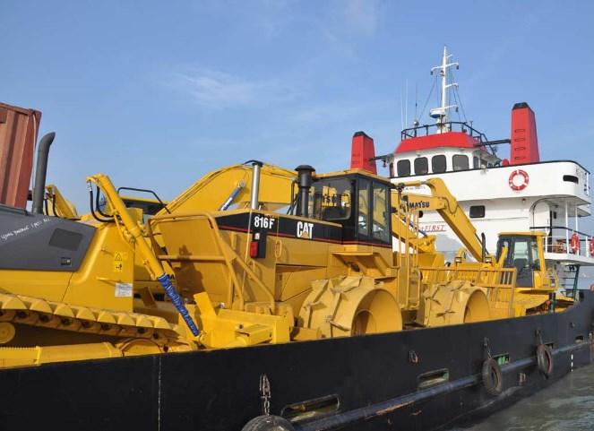 Jasa Kirim Alat Berat Menggunakan Kapal LCT